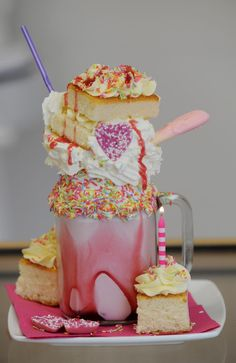 Candy-crammed cake shakes take Prestatyn by storm ) ) The Birthday Cake Milkshake at Cupcake Cafe Fun Desserts, Delicious Desserts, Dessert Recipes, Yummy Food, Drink Recipes, Birthday Cake Milkshake, Cake Birthday, Yummy Treats, Sweet Treats
