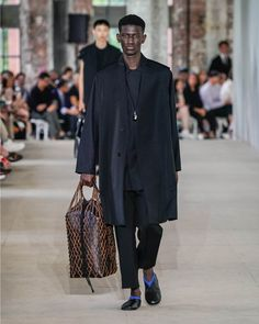 See all the Collection photos from Jil Sander Spring/Summer 2020 Menswear now on British Vogue Paris Fashion, Fashion Show, Mens Fashion, Young T, Suit Shirts, Mens Trends, Japanese Cotton, Jil Sander, Men's Collection
