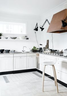 It is easier than you think to take your kitchen from builder grade to gorgeous on a budget! These kitchen makeover secrets will save you money and give you great ideas! Nordic Kitchen, Scandinavian Kitchen, Scandinavian Style, Kitchen Dining, Kitchen Decor, Kitchen White, Kitchen Ideas, Dining Room, Home Interior