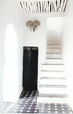 black and white - French By Design: A Pop Ryad Design Hotel, House Design, Design Marocain, Casa Cook, Deco Champetre, Decoration Entree, Tadelakt, Interior Decorating, Interior Design