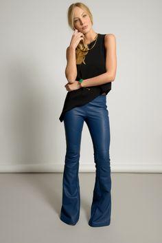 Calça Nova Iorque. Feita com couro ecológico, a calça Nova Iorque azul faz toda a diferença no seu look.