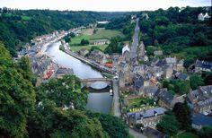 Dinan.En el noroeste de Francia en el Valle del río Rance, el valle Morlaix nos encontramos con una bella localidad llamada Dinan, en el departamento de Cotes d´Amour en la Bretaña francesa.