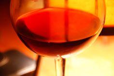 Existe bastante evidencia de que una o dos copas de vino tinto al día harán que tengas muchos menos riesgos de tener un infarto cardiaco. Además está lleno de antioxidantes y ayuda a prevenir una amplia variedad de cánceres. Sorprendentemente, el vino tinto es muy bueno para los dientes, endurece el esmalte y previene las caries.