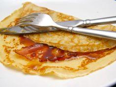 In de wintermaanden is een pannenkoek met spek en stroop een stevige maaltijd. Bak eerst de spek in de pan tot de gewenste stevigheid. Smaken verschillen nu eenmaal. Je kunt tegenwoordig kant-en-klaar beslag kopen, maar op de gewone manier het beslag maken kost eigenlijk niet zoveel tijd extra.