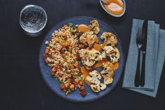 Geroosterde bloemkool met pittige pindasaus      zout     zwarte peper     olijfolie  Kookgerei      grote koekenpan     middelgrote kookpan     bakplaat     bakpapier     keukenrasp     heteluchtoven