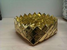 Guld kurv Modular Origami, Paper Weaving, Bottle Crafts, Paper Design, Decoupage, Recycling, Candle Holders, Bracelets, Gold