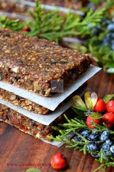 Batoane energizante cu fructe (raw-vegane) - CAIETUL CU RETETE Raw Vegan Desserts, Vegan Sweets, Healthy Sweets, Raw Food Recipes, Healthy Eating, Healthy Recipes, Granola, Vegetarian Options, Energy Bites