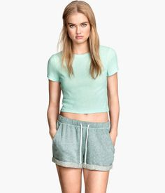 Short top in ribbed jersey with short sleeves.