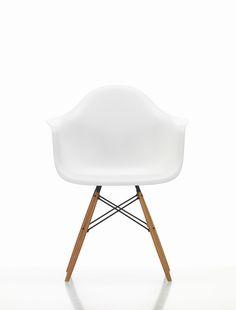 Eames Plastic Chair DAW från Vitra, formgiven av Ray och Charles Eames, är en prisvärd och mångsidig men framförallt vacker stol. Stolen finns i en hel uppsjö av färger i både diskreta och intensiva toner. Eftersom Eames Plastic Chair DAW har en väldigt neutral design blir stolen användbar i många olika sammanhang, både i hemmet och på kontoret. Själva stolskroppen har en fantastiskt läcker design där armstöd, rygg och sits är sammansatt i ett enda stycke. Välj sits i din favoritfärg och… Charles Eames, Designer, Modern, Armchair, Plastic, Furniture, Home Decor, Armchairs, Sofa Chair