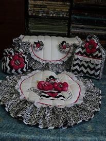 SET DE BAÑO CON JARRA DE FLORES: TAPA DE POCETA, TAPA DE TANQUE, BOLSITO Y PORTARROLLO. Elaborado con Aplicaciones Bordadas y flores en telas 100% algodón Americano. Diseño AMARILIS CISNEROS DE HERRERA - VENEZUELA +58-4143419580.