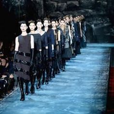 Marc Jacobs shows in theatre. Click on the image to read more.