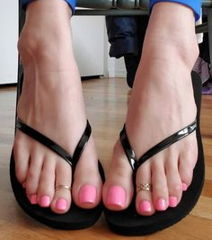 Nice Toes, Pretty Toes, Beautiful Toes, Beautiful High Heels, Feet Soles, Women's Feet, Toe Ring Designs, Long Toenails, Flip Flop Shoes