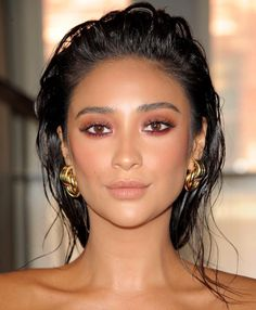 Celebrity makeup artist Patrick Ta created this warm smoky eye with a shimmer on the lids for Shay Mitchell during New York Fashion Week. He mixed different shades from what looked like the. Beauty Care, Beauty Makeup, Eye Makeup, Beauty Hacks, Hair Makeup, Hair Beauty, Beauty Skin, Blonde Makeup, Makeup Looks