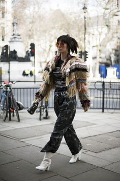 LFW style inspo. Snapped by Alice Zielasko https://miista.com/blogs/miista/streetstyle-from-london-fashion-week-february-2017