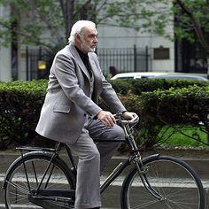 So elegant kann Fahrradfahren sein, wenn man Sean Connery heißt