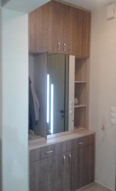 Έπιπλο με ντουλάπια και ράφια  σε είσοδο σπιτιού