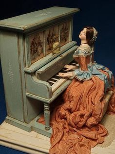 Lady playing the piano automation ..how clever (please follow minkshmink on pinterest)