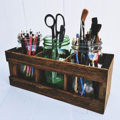 Sometimes crafting with kids requires a crafty organizer. Check out this mason jar craft organizer! Mason Jar DESK ORGANIZER Pencil or Paintbrush Holder Office Organization Rustic Office Decor, Rustic Desk, Rustic Office Storage, Design Rustique, Farmhouse Office, Farmhouse Plans, Rustic Farmhouse, Diy Organisation, Room Organization