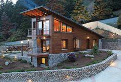 Η κατοικία βρίσκεται κοντά σε ένα φυσικό βραχώδες ρέμα, ανάμεσα σε έλατα και καστανιές. Στόχος ήταν να σχεδιαστεί ένα σύγχρονο βιοκλιματικό κτίριο
