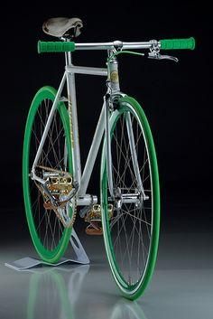 Green fixie No info on the make , na Cool Bicycles, Cool Bikes, Bici Fixed, Bmx, Fixed Gear Bicycle, Bicycle Garage, Push Bikes, Urban Bike, Speed Bike