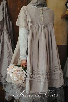 MMLE ERNESTINE   Tunique en gros lin rose poudré Les Ours, jupon en organdi  EWA IWALLA, écharpe EWA IWALLA, pantalon Les Ours - Atelier des Ours. 7dbde164581