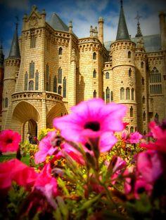 Palacio Episcopal de Astorga - León, España For my castle tour for… Gaudi, Beautiful Castles, Beautiful Buildings, Beautiful Places, Palaces, Castle In The Sky, Fairytale Castle, Voyage Europe, Castle Ruins