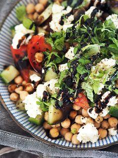 Black Eyed Peas, Mediterranean Recipes, Food Hacks, Cobb Salad, Feta, Potato Salad, Food And Drink, Healthy Eating, Pizza