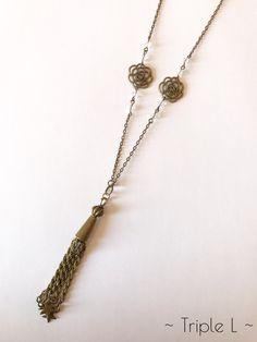 ~ DESCRIPTIF ~ Ce collier sautoir est composé dune chaîne bronze avec pendentif, breloques en formes de roses en bronze et perles Swarovski. Il est ajustable grâce à une chaînette en bronze. La chaînette mesure 5 cm. Dimensions du collier : 42 cm de long.  ~ MATERIEL UTILISE ~ - Chaîne couleur bronze - Fermoir et chaînette couleur bronze - Breloques couleur bronze - Perles Swarovski  ~ ENVOI ~ Les bijoux sont envoyés en courrier suivi dans une enveloppe en papier bulle et soigneusement…