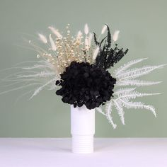 Beautiful preserved flowers. Black Flowers, All Flowers, Monochrome Interior, How To Preserve Flowers, Naturally Beautiful, Vases Decor, Hydrangea, Preserves, Decorative Accessories