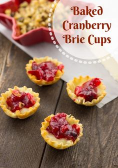 Holiday Baked Cranberry Brie Cups Mix the walnuts with the cranberries, put a piece of brie, a spoonful of Cr. Put them in the oven at 325 F for 6 to 8 minutes. Finger Food Appetizers, Appetizer Recipes, Appetizer Party, Easy Holiday Recipes, Holiday Ideas, Winter Recipes, Christmas Recipes, Holiday Baking, The Best