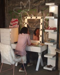 Lipensetip morning  .    In Frame : Custom Dressing Table