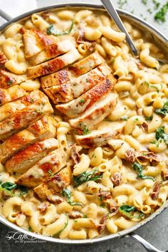 Tuscan Chicken Mac And Cheese is a ONE POT dinner made on th.- Tuscan Chicken Mac And Cheese is a ONE POT dinner made on the stove top, in less than 30 minutes! It will be hard to go back to regular Mac and Cheese! Chicken Mac And Cheese Recipe, Chicken Parmesan Recipes, Chicken Salad Recipes, Butter Chicken, Chicken Bacon, Parmesan Potatoes, Mac Cheese, Roasted Potatoes, Roasted Garlic