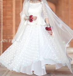Bridal Mehndi Dresses, Nikkah Dress, Pakistani Formal Dresses, Bridal Dress Design, Pakistani Wedding Dresses, Wedding Dresses For Girls, Party Wear Dresses, Bridal Outfits, Bridal Lehenga