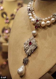 O histórico ´La Peregrina´ de Elizabeth Taylor, que foi um presente de dia dos namorados de Richard Burton que a Cartier transformou em um colar. Possuindo pérolas datadas do sec. 16, pertencidas a Rainha Mary Tudor