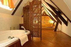 Dormitorio en ático con baño integrado
