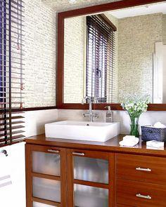 baño  Mueble realizado a medida, de teca (730 €) y persiana de lamas, en 1,77 x 1,20 m (321,77 € en La Casona).