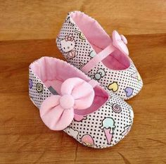 Curso gratuito: aprende a hacer zapatitos - Costura - Felt Baby Shoes, Cute Baby Shoes, Baby Girl Shoes, Doll Shoe Patterns, Baby Shoes Pattern, Baby Sewing Projects, Diy Couture, Baby Boots, Baby Kind