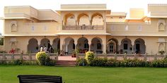 Nahar Haveli epitomizes regal tradition combined with modern influences. It is located right near the famous Tiger reserve of Ranthambore. Village House Design, Bungalow House Design, Home Room Design, Dream Home Design, Mughal Architecture, Colonial House Plans, Beachfront House, Indian Homes, House Elevation