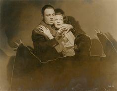 LA MARQUE DU VAMPIRE - Bela Lugosi (de dos) et Elizabeth Allan dans le film de Tod [...], Photographies de Cinéma pour Tous à Artprecium | Auction.fr
