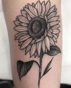 S tatuagem, tatuagens de girassol Sunflower Tattoo Simple, Sunflower Tattoo Sleeve, Nature Tattoo Sleeve, Sunflower Tattoo Shoulder, Sunflower Tattoos, Sunflower Tattoo Design, Nature Tattoos, Word Tattoos, Black Tattoos
