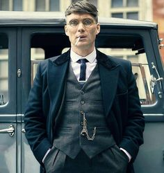 We love the styling in Peaky Blinders it's just absolutely sublime! – [pin_pinter_full_name] We love the styling in Peaky Blinders it's just absolutely sublime! Peaky Blinders Tommy Shelby, Peaky Blinders Thomas, Cillian Murphy Peaky Blinders, Traje Peaky Blinders, Costume Peaky Blinders, Estilo Gangster, Peeky Blinders, Peaky Blinders Wallpaper, Suit Fashion