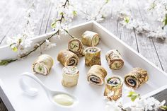 Wenn ich mir im Frühling die Sonne auf den Bauch scheinen lasse ist es mir eher nach was leichtem als nach deftigem Braten. Da kommt Sushi doch gerade recht. Sushi kennt ja wohl jeder! Aber so wahrscheinlich eher nicht. Was passiert wenn Sushi, Wrap und Pfannkuchen aufeinander treffen? Pfannkuchensushi!!!! Das ist eigentlich ganz einfach erklärt, der Pfannkuchen ersetzt die Algen, die Füllung wird darauf gelegt und eingerollt. Sushi eben.  Für das Rezept klickt auf Website!