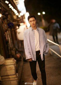 EXO Yixing looking divine on the streets. Kyungsoo, Yixing Exo, Chanyeol, Shinee, Star Academy, 5 Years With Exo, Kpop Exo, Jiyong, Exo Members