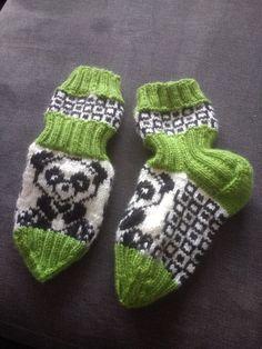 Love these wee socks. Knit Socks, Knitting Socks, Colour Combinations, Fingerless Gloves, Arm Warmers, Knitting Patterns, Slippers, Flowers, Kids