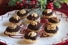 400 g hladké mouky 100 g moučkového cukru 200 g másla (při pokojové teplotě) 4 žloutky Těstem plníme košíčkove formy vymazané máslem. Upečené košíčky ještě teplé vyklopíme. Necháme vychladnout. Náplň: 200 g mletých vlašských ořechů 100 g dětských piškotů 200 … Celý příspěvek → Christmas Baking, Christmas Cookies, Christmas Recipes, Sweet And Salty, Graham Crackers, Mini Cupcakes, Sweet Recipes, Cheesecake, Food And Drink