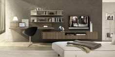 coin bureau en bois massif, murs gris taupe, meuble télé en bois assorti et chaise design en cuir noir