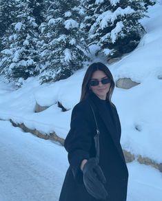 Kendall Jenner Outfits, Snowy Day, Winter Pictures, Kourtney Kardashian, Kardashian Jenner, Kylie Jenner, Travis Scott, Jennifer Lopez, Selfies