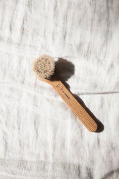 Face brush in white oiled oak wood and horse hair. Use the brush wet with your facial cleansing lotion to remove makeup, dirt, and simultaneously get rid of dead skin cells. Use gentle circular motions, avoiding the eyes and mouth. #HairRemovalMachine