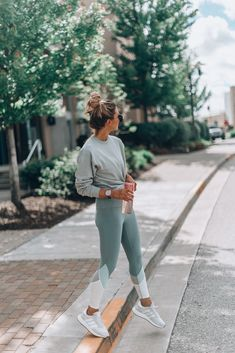 15 Things To Do for a Positive Morning Cella Jane workoutwear postivevibes workoutleggins lightweightsweatshirt - Yoga Outfits, Cute Workout Outfits, Workout Attire, Sport Outfits, Workout Wear, Teen Workout, Winter Workout Outfit, Casual Sporty Outfits, Yoga Pants Outfit