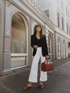 Gli Arcani Supremi (Vox clamantis in deserto – Gothian): Fall 2018 and Winter fashion trends, outfits and the New Street Style Gli Arcani Supremi (Vox clamantis in deserto – Gothian): Autunno 2018 e Inverno tendenze moda, outfit e New Street Style … Black And White Outfit, White Pants Outfit, White Culottes Outfit, Black White, Denim Culottes Outfits, White Boots, Mode Outfits, Casual Outfits, Fashion Outfits